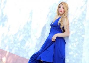 Dziewczyna w wyjściowej kobaltowej sukni