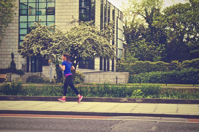 kobieta biegająca po mieście