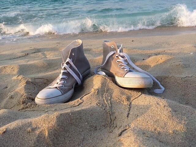 trampki leżące na piasku