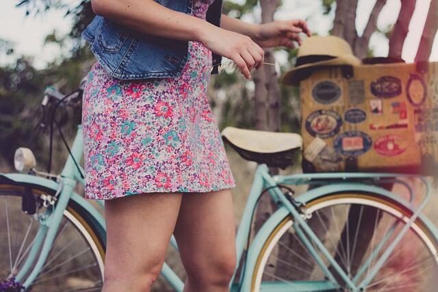 dziewczyna w sukience na rowerze