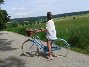 kobieta na wsi na rowerze