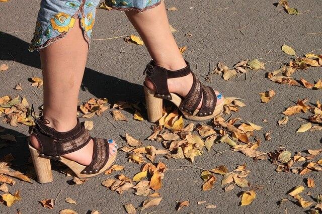 kobieta w butach na obcasie