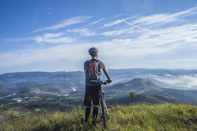 mężczyzna w górach na rowerze