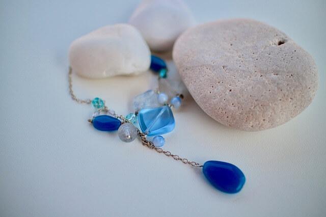 Niebieski łańcuszek z kamieniami
