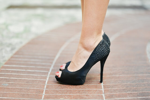 nogi w szpilkach