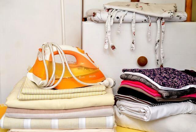 sterta wyprasowanych ubrań