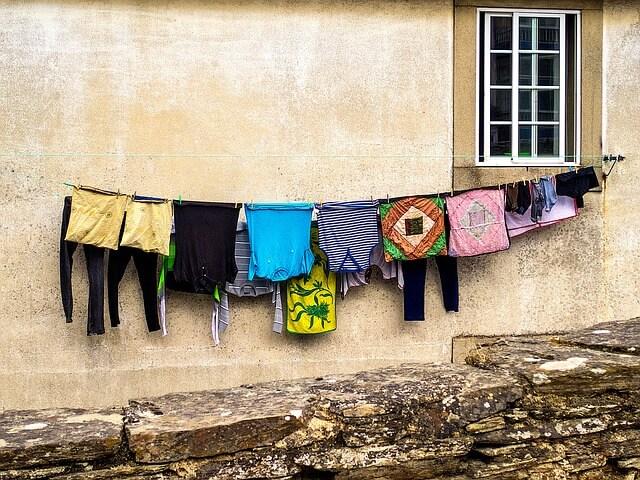 wiszące schnące pranie
