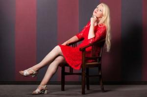 dziewczyna w czerwonej sukience siedząca na krześle