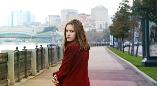 dziewczyna w płaszczu