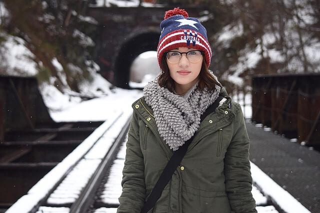kobieta w kurtce zimą