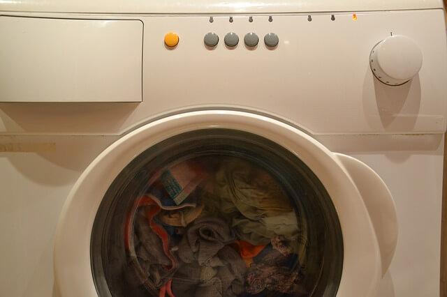 ubrania w pralce