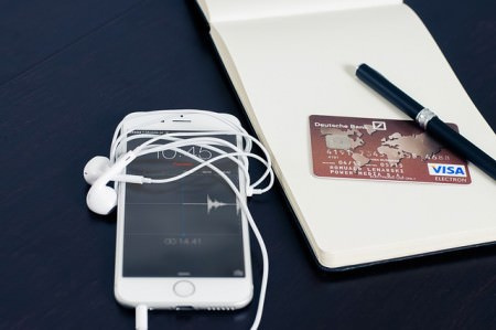 Iphone obok natatnika i karty kredytowej