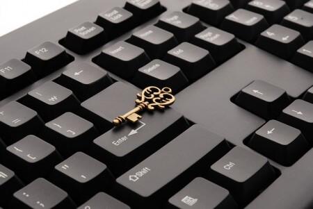 Czarna klawiatura z leżącym kluczem