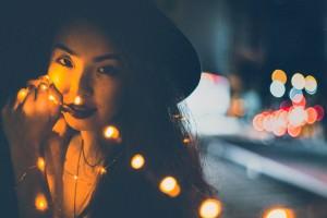 kobieta w świetle wieczornej lampy