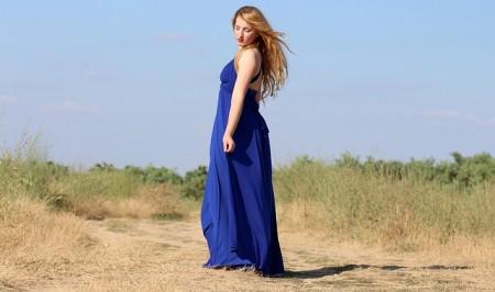 Kobieta w kobaltowej sukni