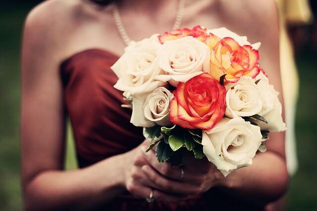 Kobieta z bukietem w sukience weselnej