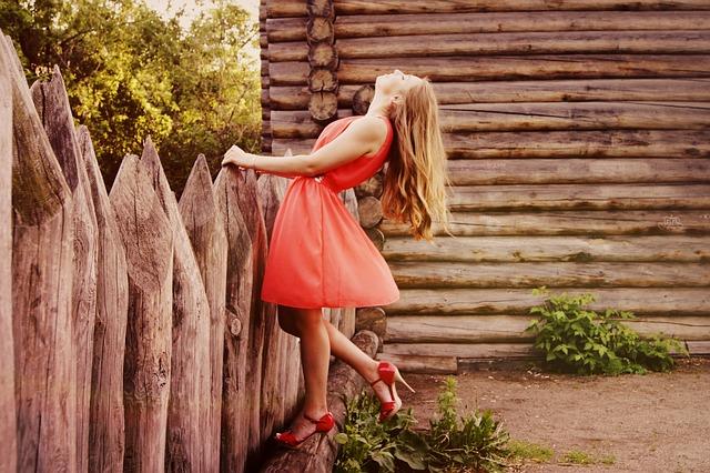 Dziewczyna w czerwonej sukience