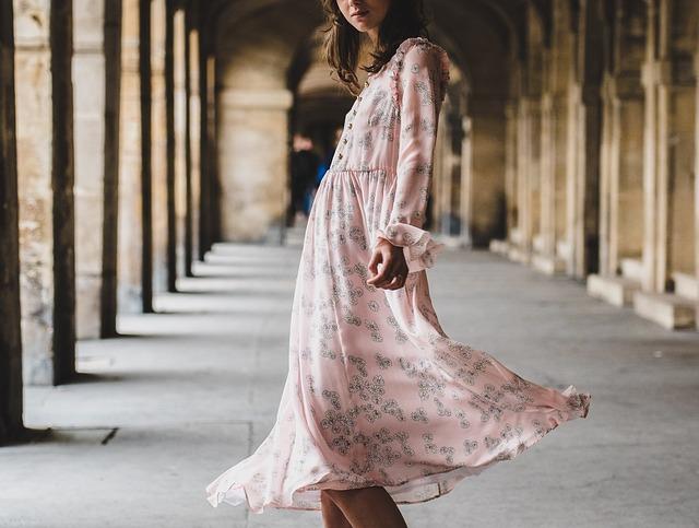 Dziewczyna w pastelowej sukience