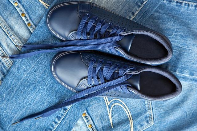 Jeansowe spodnie i trampki