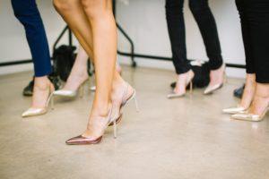 Kobiece nogi w szpilkach
