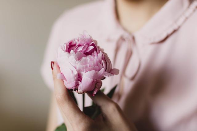 Kobieta trzyma kwiat