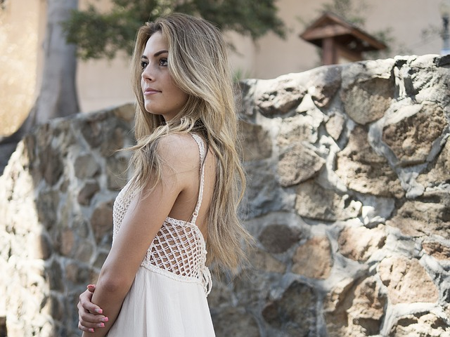 Kobieta w ażurowej sukience