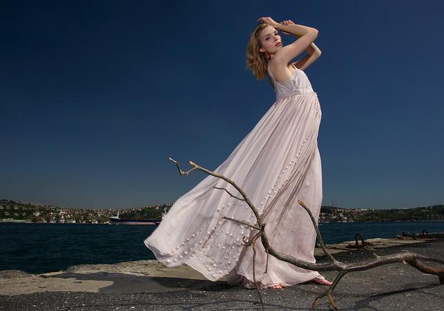 Kobieta w długiej sukni