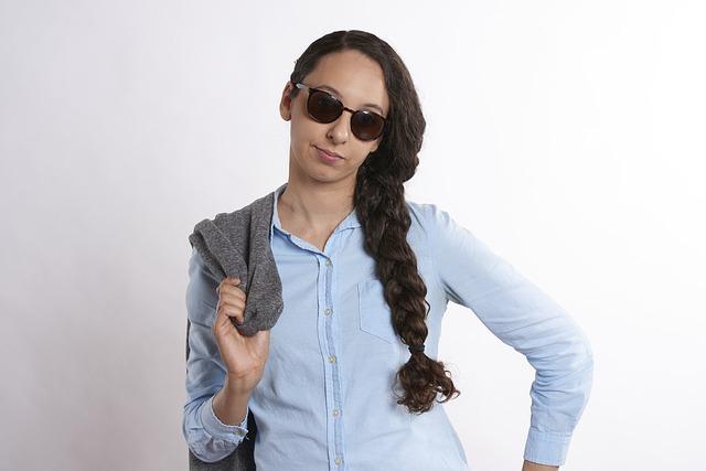 Kobieta w niebieskiej bluzce