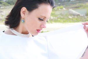 Kobieta w bieli i z elegancką biżuterią