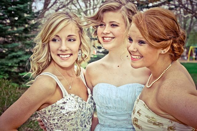 Trzy kobiety w weselnych sukienkach