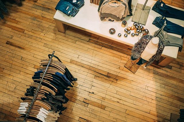 Wnętrze sklepu z ubraniami