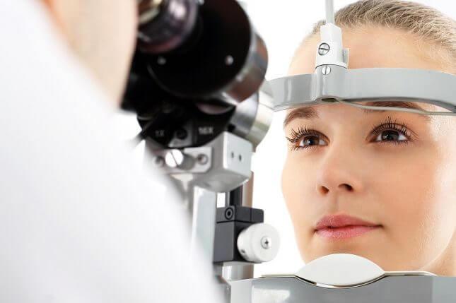 Kobieta w urządzeniu do badania wzroku