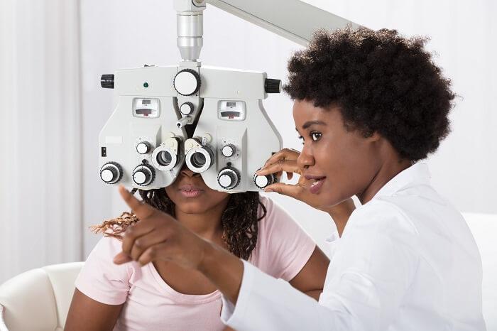 Kobieta bada oczy