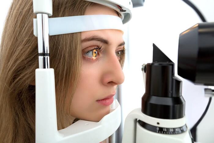 Kobieta ma badany wzrok