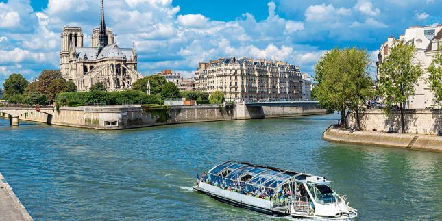 Widok na rzekę w Paryżu