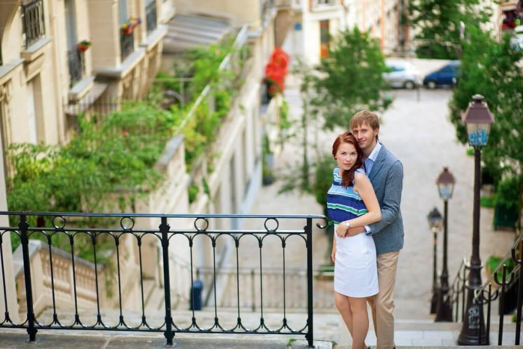 Para na schodach Paryża