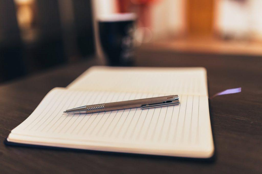 Długopis na notesie
