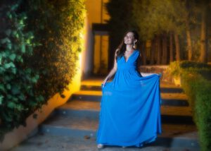 kobieta w niebieskiej sukience
