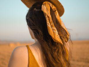 kobieta z kucykiem z bandaną